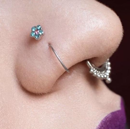 piercing nariz com flor rosa azul modelo usando nostril, na cor azul com rosa.