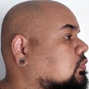 alargador spikes prateado, em orelha de cliente 12mm.