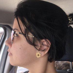 alargador indiano dourado caliandra, em orelha de cliente usando.