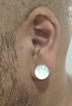 alargador madreperola, cliente com o tamanho 12mm na orelha.