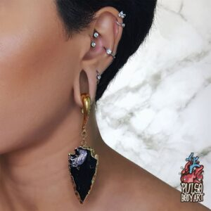 Alarga Brinco Pedra Preta Dark, em modelo usando, orelha 22mm.